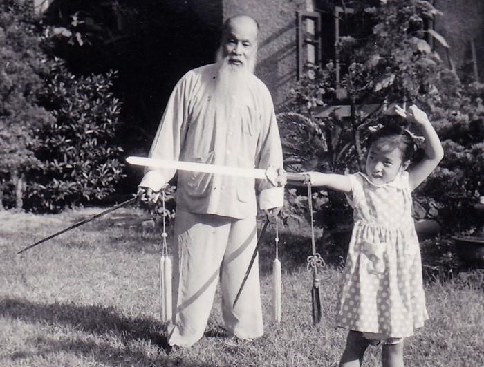 Mistrz Wushu Wang Zi Ping naucza miecza swoją wnuczką