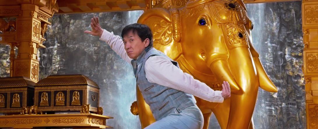 Jackie Chan w pozycji kung fu na planie teledysku rodem z Bollywood