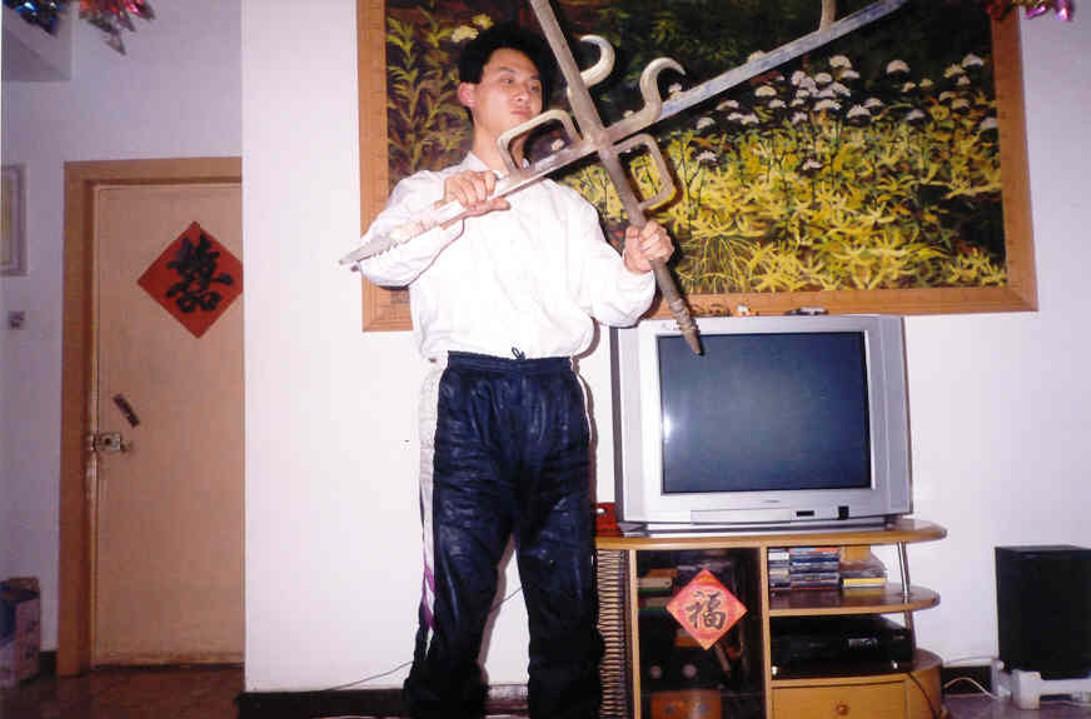 Zhang Li Chen z podwójnymi mieczami hakowymi