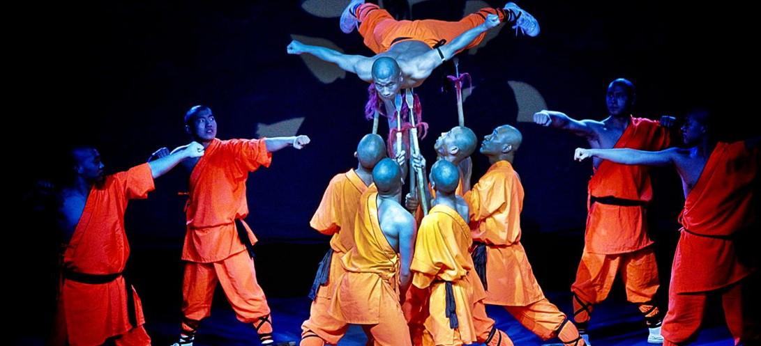 Mnisi z Shaolinu prezentujący twardy qigong