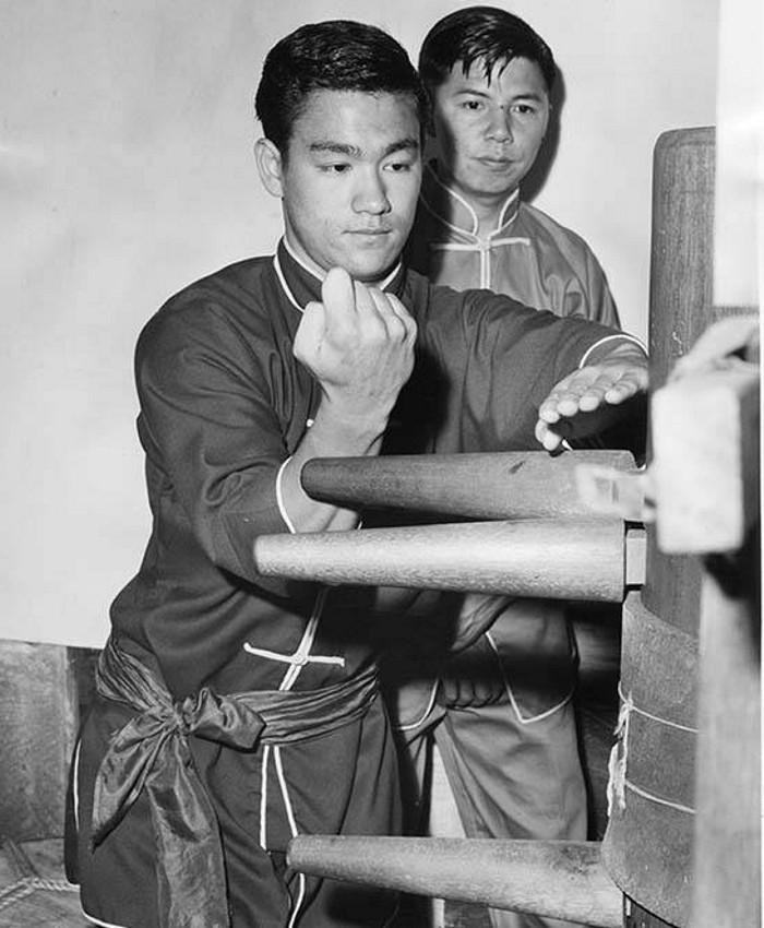 Bruce Lee wykonuje techniki Mook Yan Chong (木人樁) - Drewniany Manekin